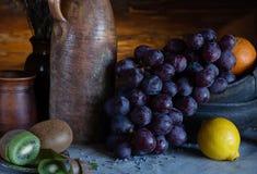 Stilleven in een rustieke stijl ceramische schotels en vruchten stock foto