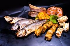 Stilleven - gebraden vissen, kebab, lapje vlees Royalty-vrije Stock Afbeelding