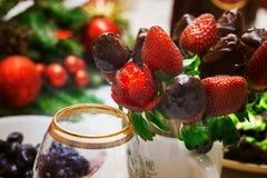 Stilleven 1 gravure Verse aardbei, en aardbei in chocolade Olijven, en een glas voor wijn stock foto