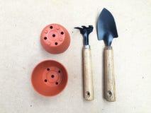 Stilleven het Tuinieren hulpmiddelen op Bruine Kleurenachtergrond Stock Foto
