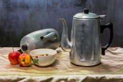 Stilleven klassieke ketel met kop en lamp en appel Stock Afbeeldingen
