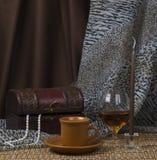 Stilleven. Koffie, kaars, alcohol. Royalty-vrije Stock Afbeeldingen