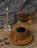 Stilleven. Koffie, kaars, alcohol. Stock Foto's