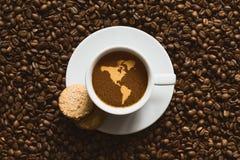 Stilleven - koffie met kaart van het continent van Amerika Stock Afbeeldingen