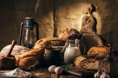 Stilleven 1 Landbouwproducten: eieren, melk, vers brood op een houten lijst Close-up Één truc stock foto's
