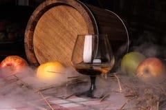 Stilleven met alcohol en appelen Stock Foto