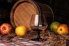 Stilleven met alcohol en appelen Stock Afbeeldingen