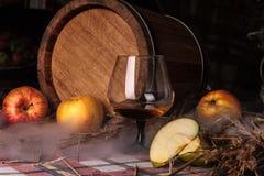 Stilleven met alcohol en appelen Stock Afbeelding