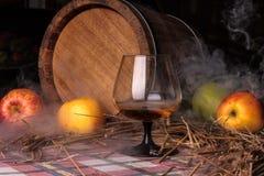 Stilleven met alcohol en appelen Stock Foto's