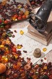 Stilleven met amber en naaimachines Stock Fotografie