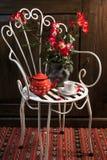 Stilleven met antieke stoel, bloemen en thee stock foto's