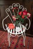 Stilleven met antieke stoel, bloemen en thee royalty-vrije stock fotografie