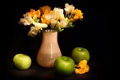 Stilleven met appelen en bloemen Royalty-vrije Stock Foto's