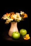 Stilleven met appelen en bloemen Stock Afbeelding