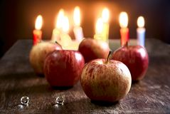 Stilleven met appelen en kaarslichten vaag op de achtergrond royalty-vrije stock afbeelding
