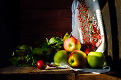 Stilleven met appelen op een houten achtergrond stock fotografie