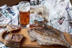 Stilleven met bier en een zoute kemphaan royalty-vrije stock foto's