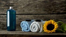 Stilleven met blauwe en witte gerolde handdoeken met een zwarte zen st Stock Afbeeldingen