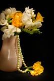 Stilleven met bloemen en parels Royalty-vrije Stock Afbeeldingen