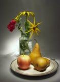 Stilleven met bloemen en vruchten Stock Afbeeldingen