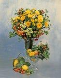 Stilleven met bloemen en vruchten Stock Afbeelding