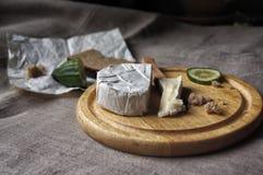 Stilleven met Briekaas, brood en komkommer Royalty-vrije Stock Afbeeldingen