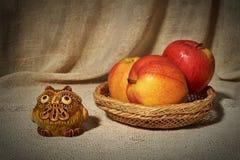 Stilleven met ceramische met de hand gemaakte uil en appelen Stock Fotografie