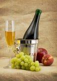 Stilleven met champagnefles en vruchten royalty-vrije stock afbeeldingen