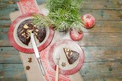 Stilleven met chocoladecake, Kerstboom en granaatappel Royalty-vrije Stock Fotografie