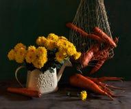 Stilleven met chrysanten en wortel Stock Fotografie