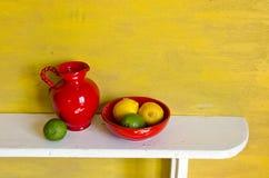 Stilleven met citroenen en kruik stock afbeelding