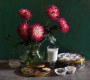 Stilleven met dahlia's, dunne kapitein en melk Royalty-vrije Stock Fotografie