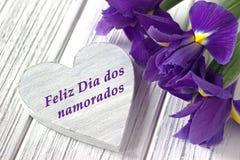 Stilleven met de irisbloemen van het hartteken op witte houten achtergrond Huwelijk De groetkaart van de valentijnskaartendag met Royalty-vrije Stock Afbeelding