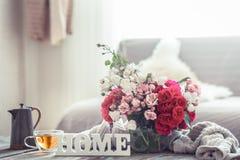 Stilleven met een inschrijvingshuis en een vaas van bloemen stock foto