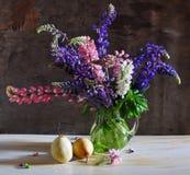 Stilleven met een lupine en peren Royalty-vrije Stock Foto's