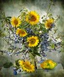 stilleven met een sleedoorn en zonnebloemen Stock Afbeelding