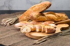 Stilleven met Franse verse broodbaguettes met poolish op w stock afbeeldingen