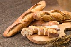 Stilleven met Franse verse broodbaguettes met poolish op w royalty-vrije stock afbeeldingen