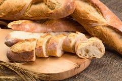 Stilleven met Franse verse broodbaguettes met poolish op w royalty-vrije stock fotografie