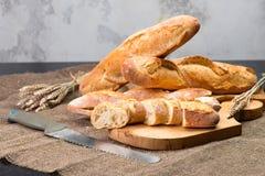 Stilleven met Franse verse broodbaguettes met poolish op w royalty-vrije stock foto