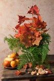 Stilleven met fruit, varens en bladeren royalty-vrije stock afbeelding