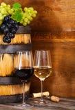 Stilleven met glazen van de rode en witte wijn Royalty-vrije Stock Afbeeldingen