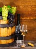 Stilleven met glazen van de rode en witte wijn Stock Foto's
