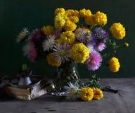 Stilleven met goudsbloemen en asters Stock Foto