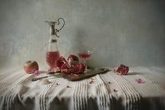 Stilleven met granaatappel en wijn Royalty-vrije Stock Foto's