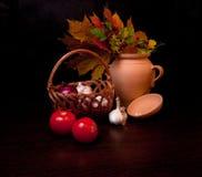 Stilleven met groenten en de herfstbladeren Stock Afbeeldingen