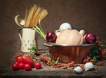 Stilleven met groenten en deegwaren stock afbeelding