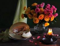 stilleven met het boeket van rozen en meloen Stock Afbeeldingen