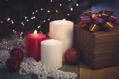 Stilleven met het branden van kaarsen, Kerstmisdecoratie en een giftdoos Royalty-vrije Stock Fotografie