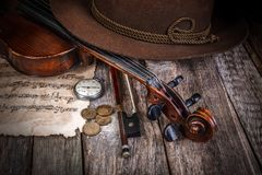 Stilleven met hoed, viool en muntstukken stock foto's